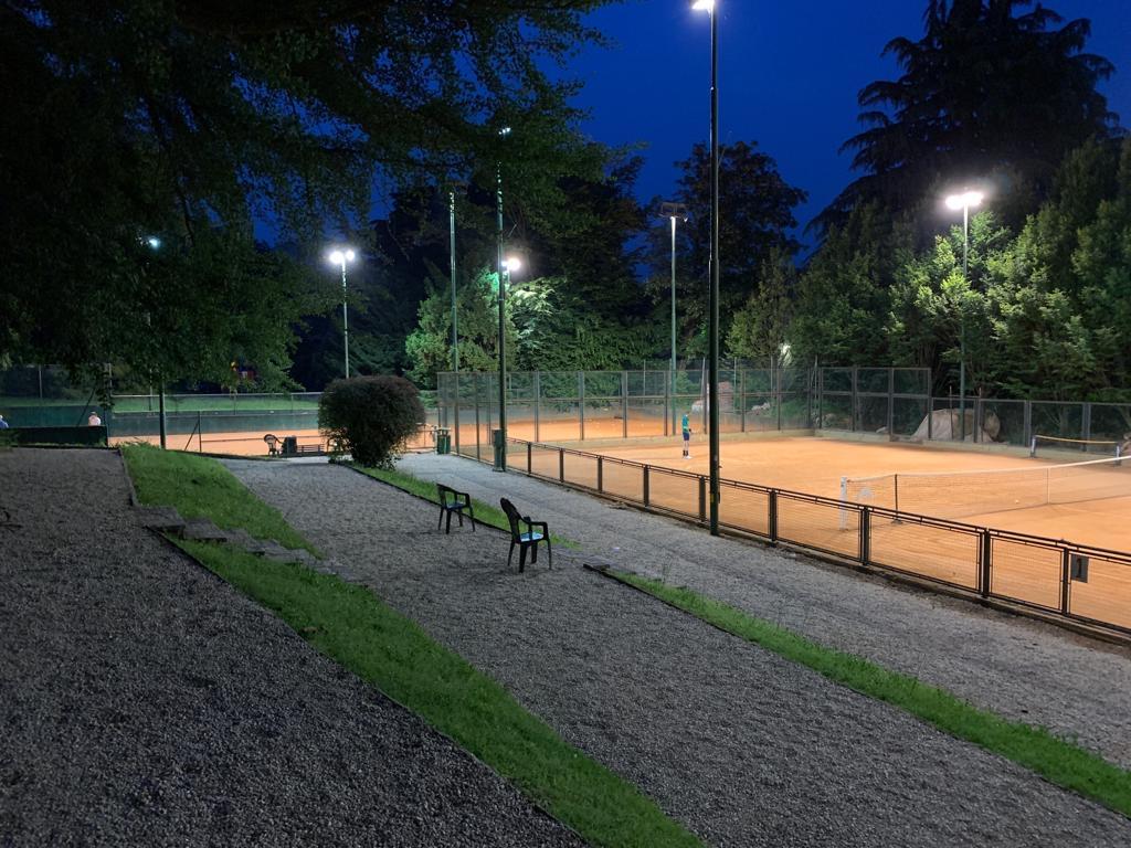 Campo 1-2 in notturna, tennis e bar aperti fino alle 22